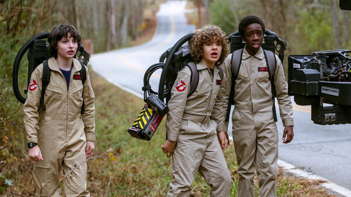Finn, Caleb et Gaten sur le tournage de la saison 2
